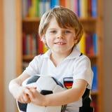 Ποδόσφαιρο ή ποδοσφαιρικό παιχνίδι προσοχής αγοριών παιδιών στη TV Στοκ Εικόνα