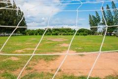 Ποδόσφαιρο ή ποδόσφαιρο και καθαρός, πράσινος τομέας στο υπόβαθρο στοκ εικόνα με δικαίωμα ελεύθερης χρήσης