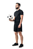 Ποδόσφαιρο ή futsal σφαίρα εκμετάλλευσης φορέων ποδοσφαίρου σε ένα χέρι που ανατρέχει Στοκ φωτογραφία με δικαίωμα ελεύθερης χρήσης