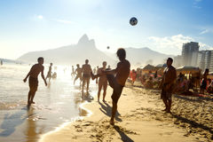 Ποδόσφαιρο Βραζιλιάνοι παραλιών του Ρίο που παίζει Altinho Στοκ Φωτογραφία