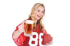 Ποδόσφαιρο: Γυναίκα που κρατά ψηλά την μπύρα Στοκ Εικόνες