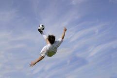 ποδόσφαιρο λακτίσματος ποδοσφαίρου ποδηλάτων Στοκ Εικόνες
