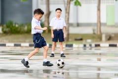 Ποδόσφαιρο παιχνιδιού αγοριών στοκ φωτογραφία με δικαίωμα ελεύθερης χρήσης