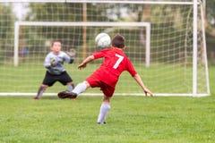 Ποδόσφαιρο ποδοσφαίρου παιδιών - αντιστοιχία παικτών παιδιών στο γήπεδο ποδοσφαίρου στοκ εικόνα
