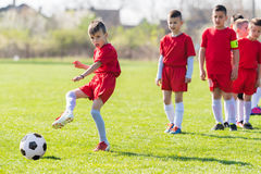 Ποδόσφαιρο ποδοσφαίρου παιδιών - παίκτες παιδιών που ασκούν πριν από την αντιστοιχία στοκ εικόνες
