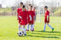 Ποδόσφαιρο ποδοσφαίρου παιδιών - παίκτες παιδιών που ασκούν πριν από την αντιστοιχία στοκ εικόνες με δικαίωμα ελεύθερης χρήσης