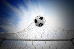 Ποδόσφαιρο ποδοσφαίρου στο στόχο καθαρό Στοκ εικόνα με δικαίωμα ελεύθερης χρήσης