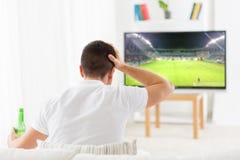 Ποδόσφαιρο προσοχής ατόμων ή παιχνίδι ποδοσφαίρου στη TV στο σπίτι Στοκ Εικόνες