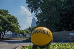 Ποδόσφαιρο στην οδό μπροστά από τη σκιαγραφία αγαλμάτων Χριστού Στοκ φωτογραφία με δικαίωμα ελεύθερης χρήσης