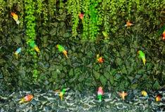 Πολύβλαστος πράσινος τροπικός με τον καταρράκτη από κάθε πλευρά Στοκ φωτογραφία με δικαίωμα ελεύθερης χρήσης
