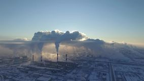 Πολύς καπνός από το εργοστάσιο μολύνει το περιβάλλον στη Ρωσία απόθεμα βίντεο