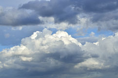 Πολύς νεφελώδης στο φως ημέρας φύσης Στοκ φωτογραφία με δικαίωμα ελεύθερης χρήσης