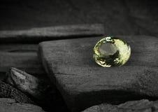Πολύτιμος πολύτιμος λίθος κοσμήματος στο υπόβαθρο darck Στοκ Εικόνες