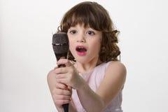 Πολύτιμο μικρόφωνο στα παιδαριώδη χέρια Στοκ Φωτογραφία