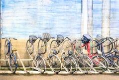 Πολύχρωμα εκλεκτής ποιότητας ποδήλατα στο ράφι μετάλλων στην πόλη του Τόκιο Στοκ φωτογραφία με δικαίωμα ελεύθερης χρήσης