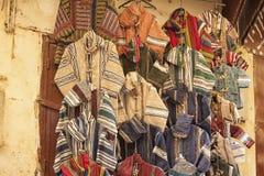 Πολύχρωμα ενδύματα σε ένα παζάρι στο Fez, Μαρόκο Στοκ φωτογραφίες με δικαίωμα ελεύθερης χρήσης