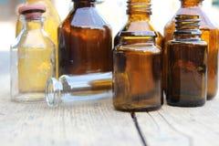 Πολύχρωμα μπουκάλια φαρμακείων Στοκ εικόνα με δικαίωμα ελεύθερης χρήσης