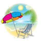 Πολύχρωμα ομπρέλα και μόνιππο longue ενάντια στην παραλία Στοκ Εικόνες