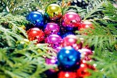 Πολύχρωμα παιχνίδια Χριστουγέννων και χριστουγεννιάτικο δέντρο, κινηματογράφηση σε πρώτο πλάνο Στοκ εικόνες με δικαίωμα ελεύθερης χρήσης