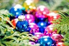 Πολύχρωμα παιχνίδια Χριστουγέννων και χριστουγεννιάτικο δέντρο, κινηματογράφηση σε πρώτο πλάνο Στοκ Εικόνα