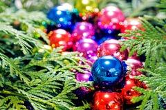 Πολύχρωμα παιχνίδια Χριστουγέννων και χριστουγεννιάτικο δέντρο, κινηματογράφηση σε πρώτο πλάνο Στοκ εικόνα με δικαίωμα ελεύθερης χρήσης