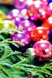 Πολύχρωμα παιχνίδια Χριστουγέννων και χριστουγεννιάτικο δέντρο, κινηματογράφηση σε πρώτο πλάνο Στοκ φωτογραφία με δικαίωμα ελεύθερης χρήσης