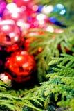Πολύχρωμα παιχνίδια Χριστουγέννων και χριστουγεννιάτικο δέντρο, κινηματογράφηση σε πρώτο πλάνο Στοκ Φωτογραφία