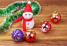 Πολύχρωμα παιχνίδια Χριστουγέννων στον ξύλινο πίνακα Στοκ φωτογραφία με δικαίωμα ελεύθερης χρήσης
