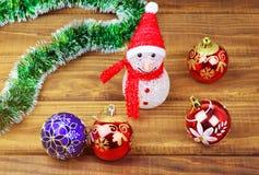 Πολύχρωμα παιχνίδια Χριστουγέννων στον ξύλινο πίνακα Στοκ φωτογραφίες με δικαίωμα ελεύθερης χρήσης