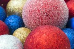Πολύχρωμα παιχνίδια Χριστουγέννων Στοκ φωτογραφία με δικαίωμα ελεύθερης χρήσης