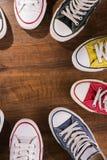 Πολύχρωμα παπούτσια γυμναστικής νεολαίας στο πάτωμα Στοκ φωτογραφία με δικαίωμα ελεύθερης χρήσης
