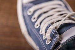 Πολύχρωμα παπούτσια γυμναστικής νεολαίας στο πάτωμα Στοκ Φωτογραφίες