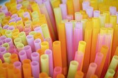Πολύχρωμα πλαστικά άχυρα κατανάλωσης Στοκ Εικόνες