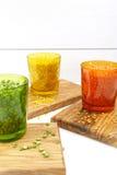 Πολύχρωμα σαφή γυαλιά με τα διάφορα όσπρια (πράσινα μπιζέλια, σχετικά με Στοκ Εικόνες