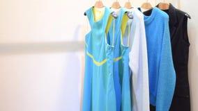 Πολύχρωμα φορέματα και πουλόβερ απόθεμα βίντεο