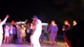 Πολύχρωμα φω'τα που στροβιλίζονται και που γυρίζουν στη λέσχη νύχτας όταν θόλωσαν οι άνθρωποι απόθεμα βίντεο