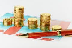 Πολύχρωμες διάγραμμα και μάνδρα με τους σωρούς των νομισμάτων. Στοκ εικόνες με δικαίωμα ελεύθερης χρήσης