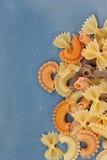 Πολύχρωμες διαφορετικές μορφές των άψητων ζυμαρικών στοκ φωτογραφία με δικαίωμα ελεύθερης χρήσης