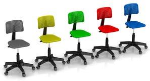Πολύχρωμες καρέκλες γραφείων που παρατάσσονται στη σειρά Στοκ εικόνες με δικαίωμα ελεύθερης χρήσης
