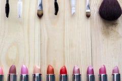 Πολύχρωμες κραγιόν, mascara και βούρτσα Στοκ Φωτογραφίες