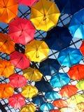 Πολύχρωμες ομπρέλες στην ηλιόλουστη ημέρα στοκ φωτογραφία με δικαίωμα ελεύθερης χρήσης