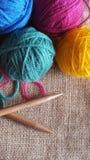 Πολύχρωμες σφαίρες του νήματος για το πλέξιμο και το τσιγγελάκι Στοκ φωτογραφία με δικαίωμα ελεύθερης χρήσης
