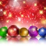 Πολύχρωμες σφαίρες Χριστουγέννων στο κόκκινο λαμπιρίζοντας υπόβαθρο Στοκ εικόνες με δικαίωμα ελεύθερης χρήσης