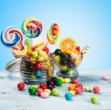 Πολύχρωμες lollipops, καραμέλα και τσίχλα στοκ φωτογραφίες