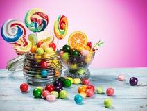 Πολύχρωμες lollipops, καραμέλα και τσίχλα στοκ φωτογραφία με δικαίωμα ελεύθερης χρήσης