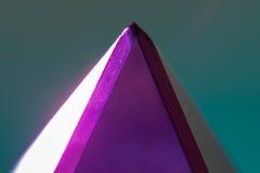 Πολύχρωμη πυραμίδα γυαλιού Σε μια ελαφριά ανασκόπηση Μακροεντολή Στοκ φωτογραφία με δικαίωμα ελεύθερης χρήσης
