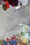 Πολύχρωμη σύσταση τέχνης στο γκρίζο ξύλινο χρώμα παλετών Στοκ Εικόνες