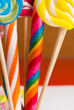 Πολύχρωμοι γλυκοί κάλαμοι και twirls καραμελών στα ξύλινα ραβδιά Στοκ Εικόνα