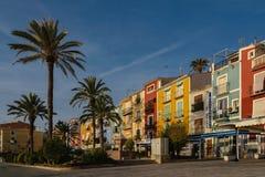 Πολύχρωμοι σπίτια Villajoyosa και φοίνικες, Ισπανία Στοκ φωτογραφία με δικαίωμα ελεύθερης χρήσης