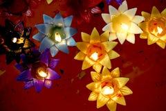Πολύχρωμος φωτισμός κεριών, που επιπλέει στη σκάφη Στοκ Φωτογραφίες